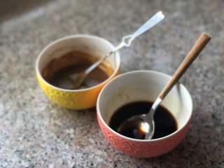 麻辣拌面,生抽、香醋、蚝油、盐和白糖调成料汁。芝麻酱加热水,稀释一下。