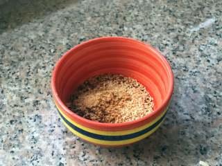 麻辣拌面,把辣椒粉、白芝麻和五香粉放到碗里,可以加一勺盐,视个人口味。