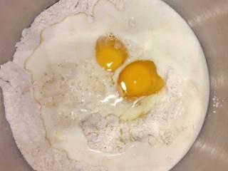 手撕面包,把高筋面粉、鸡蛋、白糖、酵母、牛奶加入搅拌碗,牛奶可以留10g根据自己的面粉浠水度进行调整