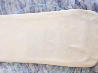 手撕面包,擀成长方形再把下面的折上去,上面的折下来,也就是变成1/3大。 再放冰箱冷藏20分钟,重复11步骤二次即可