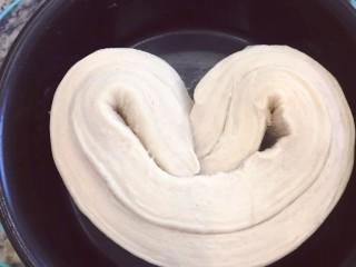 手撕面包,折起来放入六寸蛋糕模具里,发酵至二倍大,发酵温度不要超过28度不然会漏油