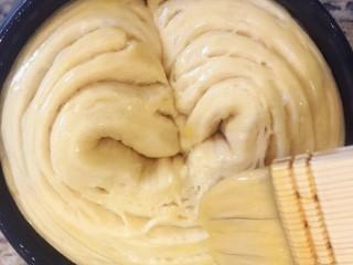 手撕面包,发酵好以后再表面刷一层蛋液