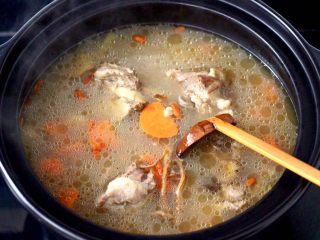 榛蘑山药筒骨煲,大火煮沸,撒上少许枸杞即可关火。