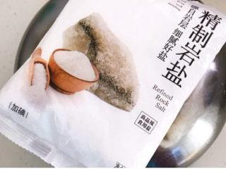 韩式辣白菜,准备精制岩盐(也可以用精盐或海盐)