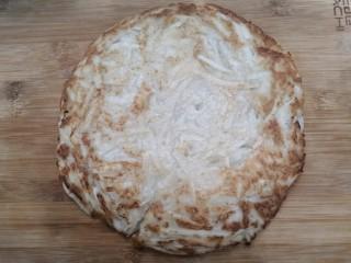 香煎藕饼,两面金黄后,关火,把藕饼,放入砧板上