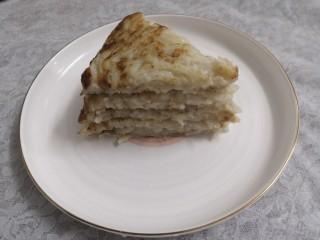 香煎藕饼,把小块的藕饼,摆入盘中