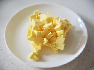 淡奶油司康,黄油室温软化10分钟,切成小丁