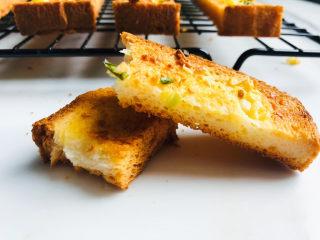 简单几步,做出媲美面包店的蒜香面包条,超好吃,可以一次多烤一点,冷却后密封起来,隔天吃还是特别脆,早晨上班来不及直接可以当早饭了!