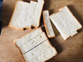 简单几步,做出媲美面包店的蒜香面包条,吐司均匀切条,一片我切了四条。