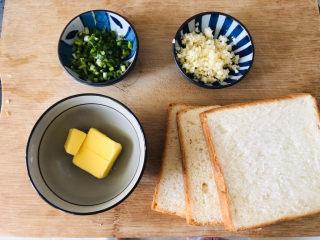 简单几步,做出媲美面包店的蒜香面包条,材料准备好,黄油隔水融化,或者微波炉叮一下。