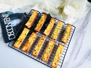 简单几步,做出媲美面包店的蒜香面包条,烤箱120度,烤制25分钟左右,烤箱脾气不一样,大家可以根据自家烤箱情况来。