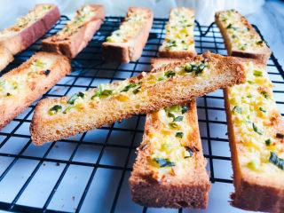简单几步,做出媲美面包店的蒜香面包条,出炉后晾晾,金黄酥脆,略有焦香的蒜香吐司条就烤好了。