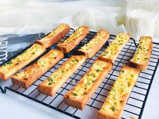 简单几步,做出媲美面包店的蒜香面包条,成品图