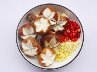 香菇油菜,香菇去蒂切米字花刀, 姜蒜切末,红椒切圈。