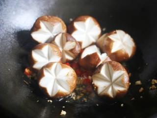 香菇油菜,加入香菇。