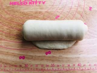 手撕面包,从上往下轻轻地卷起,收口朝下。