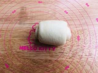 手撕面包,翻面之后从上往下卷起,最后接缝的地方稍微捏紧,底部朝下