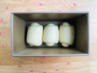 手撕面包,放到模具中,温度35湿度85%醒发,大约50分钟