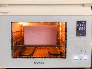 手撕面包,在发到七分满的时候,需要预热烤箱,温度是175度,到八分满的时候直接盖好盖子,放到烤箱中,烘烤时间约为35到40分钟。