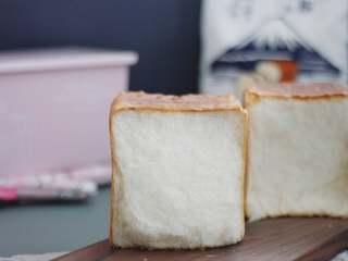 手撕面包,烤好后的吐司需要拿取出来,先震一下模具,将热气散开,会更方便的脱模。