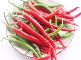 万能秘制辣椒油,辣椒洗净晾干水分。