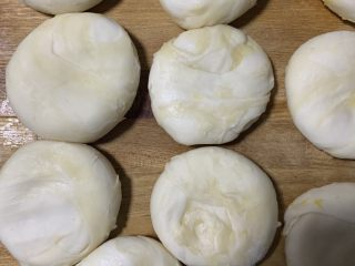 南瓜酥饼,用手拍平
