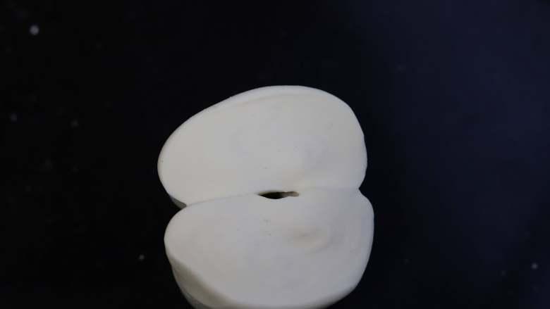 豆沙小馒头,继续揉面,大约五到十分钟,面团就会变得十分细腻光滑,用刀将面团切开,可见切面也光滑细腻,没有气孔,揉面到这个状态就可以了。