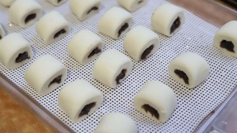 豆沙小馒头,把小馒头稍微整理一下两端,挤得圆润些,就可以上蒸笼醒发了,置于温暖湿润的环境中,醒发约30分钟即可。