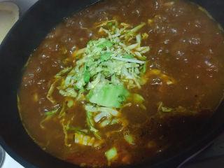 大块牛肉罗宋汤,加入汤里,再炖30-40分钟,土豆软烂就可以了,如果是早餐吃,土豆切大块一些,和圆白菜一起直接加入电炖锅里炖4个小时,早上起来可以直接吃了,这样土豆和圆白菜会跟软烂一些,也非常好吃。