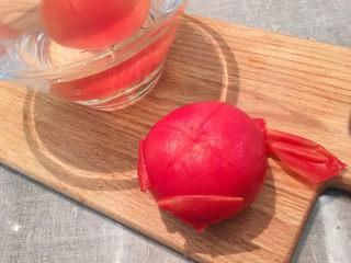 大块牛肉罗宋汤,西红柿头上划十字、用开水烫一下,去皮
