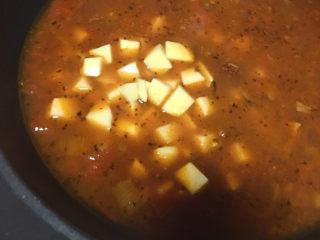 大块牛肉罗宋汤,加入土豆