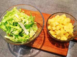 大块牛肉罗宋汤,锅里快炖好的时候圆白菜切丝,土豆切小块备用