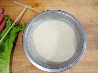 杂粮煎饼,在杂粮面粉中把水用细流倒进面里,边倒边用勺子把面和水搅匀,不要有面疙瘩,搅到特别粘稠的样子就好。面水比例在1:1.3左右。