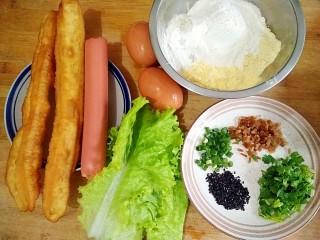 杂粮煎饼,准备食材。小麦粉,绿豆粉,黄豆粉,玉米粉混合成杂粮粉;榨菜,香菜,小葱,洗净切末备用。