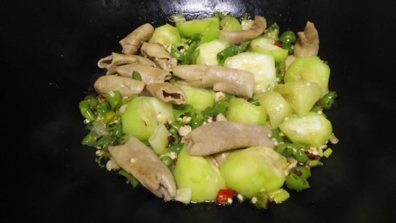 尖椒炒🐷大肠、丝瓜,翻炒均匀