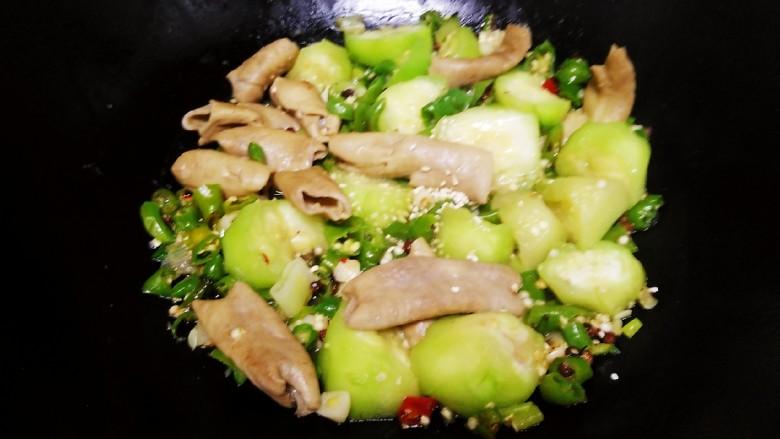 尖椒炒🐷大肠、丝瓜,加入盐