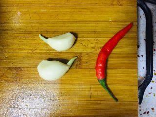 凉拌莴笋叶,准备大蒜两瓣,小米辣一个