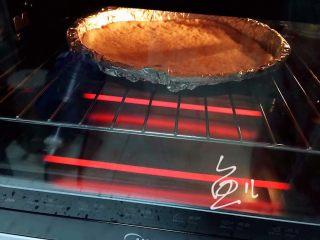 水果披萨,烤箱180度预热5分钟,放入饼皮180度烤5分钟