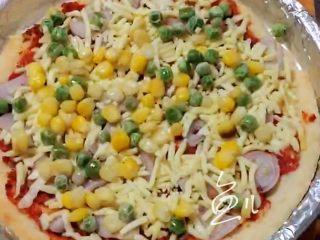 水果披萨,放熟玉米粒和豌豆粒