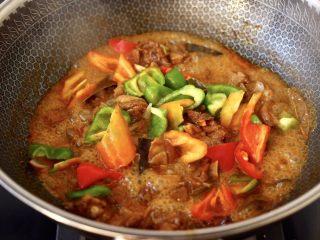 腐乳啤酒鸭,看见锅中汤汁快收干炖时候,加入青椒和彩椒。