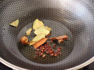 腐乳啤酒鸭,锅烧热后,倒入花生油,加入花椒和桂皮,草寇和肉蔻,再加入香叶小火慢慢炸出香味。