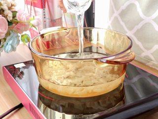 紫薯面鱼银耳羹,泡发好的银耳清洗干净,放入锅中,加1升清水