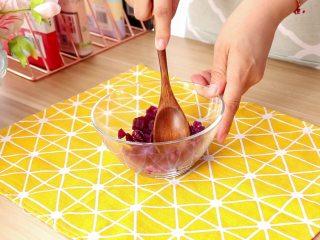 紫薯面鱼银耳羹,蒸好的紫薯趁热用勺子压成紫薯泥