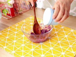 紫薯面鱼银耳羹,紫薯泥中倒入45g清水,加30g普通面粉,搅拌均匀