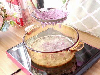 紫薯面鱼银耳羹,待银耳熬至出胶时,用漏勺过筛紫薯面糊,会滴落出紫薯面,此时开中火,继续煮沸2到3分钟
