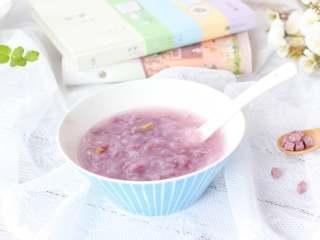 紫薯面鱼银耳羹,这碗香甜软糯的面鱼不仅可以作为主食添加,还可以作为甜品添加给宝宝哦!