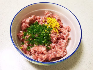 莲藕肉丸,加入葱姜末