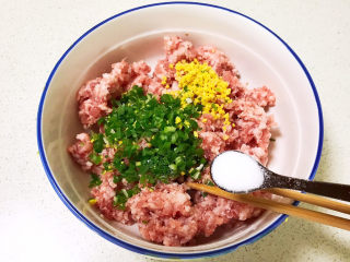 莲藕肉丸,加入精盐