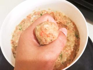 莲藕肉丸,用手的虎口挤出肉丸