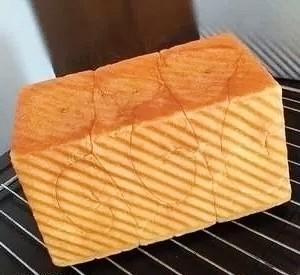 紫米面包,出炉后立刻倒出,烤架上晾凉至手温用密封袋保存